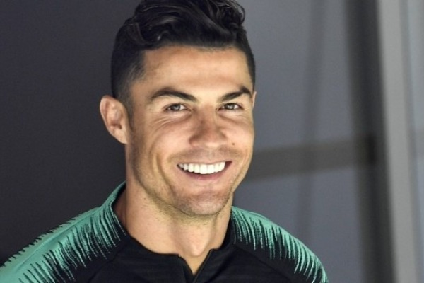 Ronaldo paró el bus de Portugal para abrazar a un niño