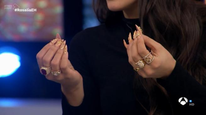 Rosalía habló sobre sus excéntricas uñas