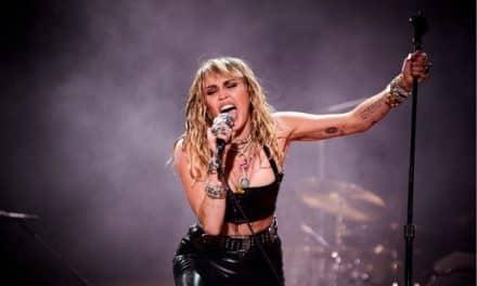 El candente baile de Miley Cyrus en el Tinderbox (Videos)