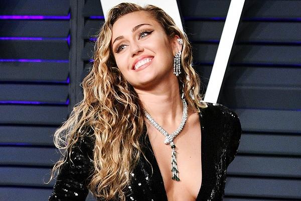 Miley Cyrus fue besada por un fanático y esta fue su respuesta (Video)