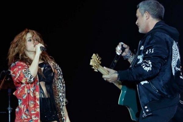 Shakira apareció de sorpresa en show de Alejandro Sanz