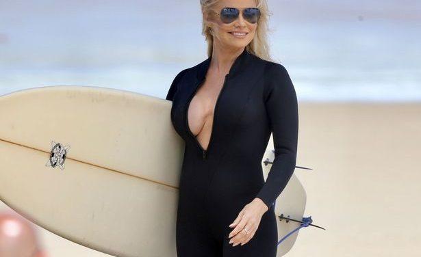 """Pamela Anderson volvió a su época de """"Baywatch"""" para un comercial"""