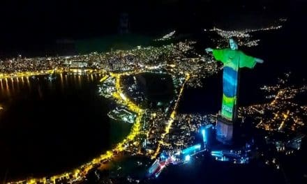 Cristo redentor de Brasil se tiñó de colores